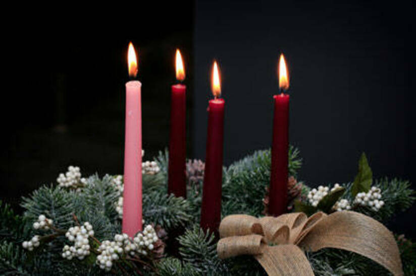 Advent wreath with candles and bows